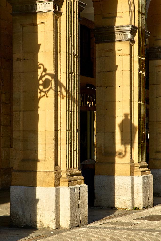 The shadow of the streetlight - San Sebastián, Spain
